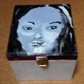 Femme Fatale. Len Art kunst: acryl op hout. Afmetingen: 10 x 9 x 8 cm. Humor en kado, doosje. Kunstcadeau.