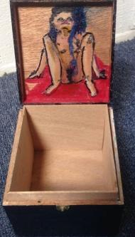 Doosje in doosje. Len Art kunst: acryl op hout. Afmetingen: 10 x 9 x 8 cm. Humor en kado, kadoosje. Kunstcadeau.