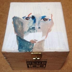 Mens verdwijnt. Len Art kunst: acryl op hout. Afmetingen: 10 x 9 x 8 cm. Humor en kado, kadoosje. Kunstcadeau.